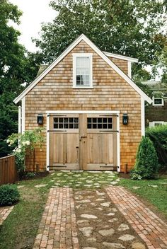 Lovely cedar shake garage with office/apartment above it. Love the garage doors … Lovely cedar shake garage with office/apartment above it. Love the garage doors. Design Garage, Exterior Design, House Design, Door Design, Wall Design, Garage House, Garage Studio, Garage Shop, Garage Workshop