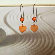 Boucles d'oreilles bronze sequin nacre orange,boucles d'oreilles cœur orange : Boucles d'oreille par oeil-de-tigre