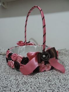 Cesta para florista em tons de rosa com marrom, com laços e mini broches  Cesta para entregar botoes de rosa ou lembrancinhas de casamento  fazemos em todas as cores! R$ 110,00