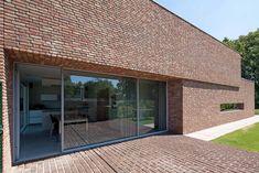 In het Brabantse Riel staat een woning ontworpen door Joris Verhoeven Architectuur. Met haar uitgesproken vormgeving geeft de woning een knipoog naar de paviljoens in het museumparkStiftung Insel …