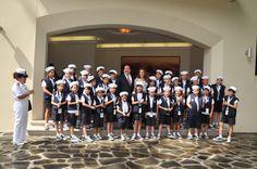 El gobernador Javier Duarte de Ochoa y su esposa, la señora Karime Macías de Duarte, se tomaron la foto del recuerdo con los participantes en el XXXV Concurso Nacional de Pintura Infantil El Niño y la Mar.