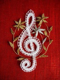houslový+klíč+Paličkovaný+houslový+klíč. Bobbin Lacemaking, Bobbin Lace Patterns, Lace Making, Brooch, Shapes, Inspiration, Music Notes, Jewelry, Bobbin Lace