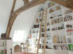 Une bibliothèque sur tout un pan de mur !