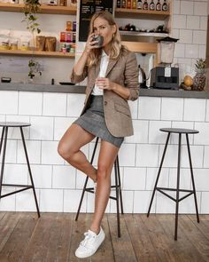 Love the white sneakers with this outfit. # smart Casual Outfits evening This Is What Really Happens to Your Body When You Quit Caffeine Blazer En Tweed, Look Blazer, Brown Blazer, Beige Blazer, Casual Work Outfits, Work Attire, Cute Outfits, Winter Outfits, Summer Outfits