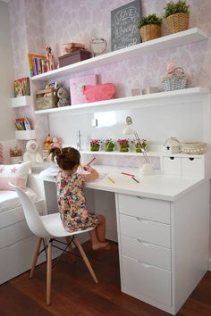 Piso en el Eixample de Barcelona: Dormitorios infantiles de estilo clásico de Thinking Home Corner Desk, Office Desk, Barcelona, Furniture, Home Decor, Classic Style, Flats, Space, Dorm Rooms