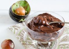 This avocado chocolate pudding is healthy and can be made dairy free! Use only 5 ingredients and 5 minutes to whip up this thick and creamy chocolaty avocado pudding. A delicious paleo, gluten free, vegan and dairy free dessert! Avacado Chocolate Pudding, Avocado Pudding, Vegan Pudding, Pudding Recipes, Real Food Recipes, Dessert Recipes, Yummy Food, Keto Recipes, Chocolates