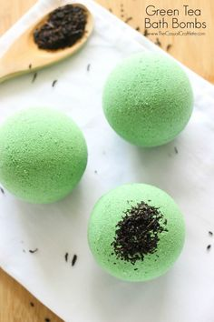 Green Tea Bath Bombs Green Tea Bath Bombs – homemade bath fizzy recipe with moisturizing green tea extract. Drop one of these bath bombs into your tub to create a relaxing and luxurious bath experience. Mason Jar Crafts, Mason Jar Diy, Entspannendes Bad, Green Tea Bath, Homemade Bath Bombs, Homemade Soaps, Bombe Recipe, Lush Bath Bombs, Cupcake Bath Bombs
