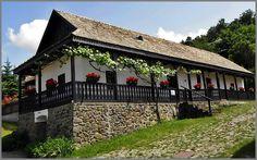Egy palóc község, amely szerepel az UNESCO világörökség listáján - Hollókő - Északi-középhegység- Hungary Hungary, Ideas Para, Countryside, Sweet Home, Farmhouse, House Exteriors, Rustic, Traditional, Mansions