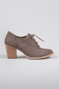 Cache cache - Pour les citadines férues de mode, optez pour cette paire de chaussures   derbies aspect daim, à talons carrés, fermeture à lacets. Décorations surpiqûres   ton sur ton, ainsi que des motifs ajourés formant des courbes et structurant le   modèle.