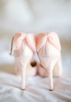 ¿El pantone 2016 en tus zapatos de novia? #innovias https://innovias.wordpress.com/2015/11/28/bodas-innovias-en-el-pantone-del-ano-rosa-cuarzo/