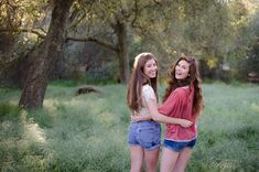 Best Friend Pose http://arianarandlephotography.com/sunshine-springtime-and-best-friends/