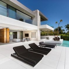 """TrillionaireGang on Instagram: """"$110,000 per month. @laestatebrokerage For more follow @trillionairegang. Picture/Video is not taken by us, all rights belong to their…"""" Luxury Modern Homes, Beverly Hills Houses, Modern Backyard, Los Angeles Homes, House Goals, House On A Hill, Renting A House, Exterior Design, Building A House"""