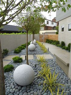 Betonplatten und Flusssteine Belag im Vorgarten-der Architektur entsprechend Concrete slabs and boulders deck in the front yard-the architecture accordingly Back Gardens, Small Gardens, Outdoor Gardens, Zen Gardens, Front Yard Gardens, Modern Landscaping, Front Yard Landscaping, Landscaping Ideas, Landscaping Software