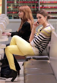 Seen on Celebrity Style Guide: Jessica Alba spotted in Hudson Nico Mid Rise Super Skinny Jeans in Lemon and Ann Taylor Multicolored Stripe Button Sleeve Tunic while getting her manicure in New York City on February 2012 Jessica Alba Style, Jessica Biel, Celebrity Style Guide, Celeb Style, Yellow Jeans, Vogue, Mint, Denim Leggings, Stripes Fashion