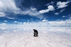 El siempre impresionante salar de Uyuni en Bolivia, uno de los paisajes más bellos de la Tierra.  Solo, foto de Takaki Watanabe.