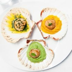 Scallops with petits pois purée, carrot purée and herbs butter (in French)