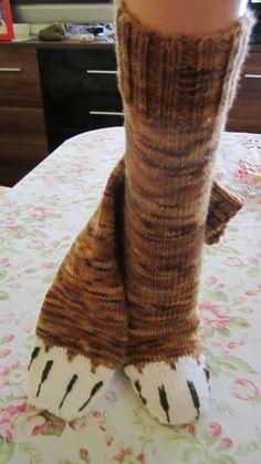 Cat-Socks Katzensocken Atlantisetta´s Tageswerke - mein Handarbeitsblog Gifts For Friends, Bunt, Socks, Sewing, Cats, Easy Knitting Projects, Knitting Socks, Stocking Stuffers, Dressmaking