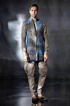Tarun Tahiliani sherwani for India Bridal Fashion Week 2014 Love the blue coatie and the embroidery. Tarun Tahiliani, Indian Men Fashion, Men Fashion Show, Men's Fashion, Indian Wedding Outfits, Indian Outfits, Wedding Dresses, Moda Do Momento, Mens Fashion Blazer