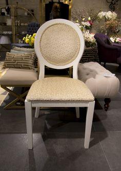 Stolen Como, här med vita ben och beige tyg. Perfekt till matsalen, runt matbordet till vardags med dina vänner. I detta utförande kostar den 2990 kr styck.   _________  #benington #home #design #homefashion #nice #exclusive #room #interior #interior4all #interior123 #beige #white #diningroom #solo #cutlery #inredning #decor #kitchenchair #style #trend #elegant #stockholm #inspo #kitchen #love #luxury #chair #colours #instalove #beautiful