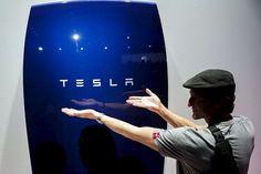L'autosuffisance énergétique bientôt une réalité ? Peut-être. L'entreprise Tesla, un des leaders de la voiture électrique, vient de présenter sa batterie au lithium-ion qui permet de stocker à domicile l'électricité tout au long de la journée pour la restituer quand les usagers en on…