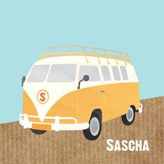 Vrolijk geboortekaartje met illustratie van een stoer busje. Retro geel busje op ondergrond van kraftpapier. Kies zelf je achtergrondkleur en vul de beginletter van de naam voor op het busje in.