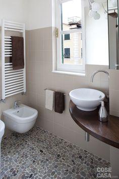 In una tipica casa ligure una piccola abitazione su due livelli è stata completamente trasformata dalla ristrutturazione. La nuova distribuzione, con pareti curvilinee e una scala salvaspazio, ha disegnato ambienti contemporanei e funzionali.