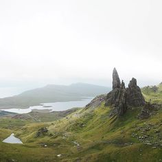 Old Man of Storr finally I got to meet you. And you are a stunner!  Last year my husband (@ant._.one) and I did this steep hike on the Isle of Skye and couldn't see more than 10 meters in front of us.  But unpredictable weather is part of Scotland's charm we told ourselves. The hike yesterday proved again how changeable the weather here is. I walked in pouring rain and strong wind gusts but amazingly it cleared up once I got to this viewpoint only to start raining again 5 minutes later…