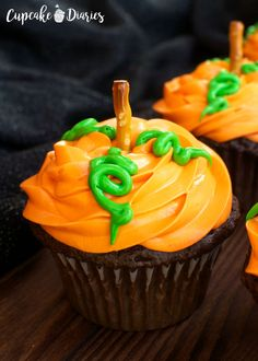 Pumpkin Patch Cupcakes – 30 Days of Halloween Day 14 (Cupcake Diaries) Postres Halloween, Soirée Halloween, Halloween Sweets, Halloween Baking, Halloween Food For Party, Halloween Birthday, Halloween Cookies, Halloween Season, Halloween Costumes