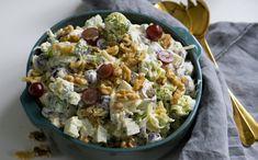 Brokkolisalat med druer er knasande sprø og digg å setje på bordet på ein sommarfest. Fortsett å les Potato Salad, Tapas, Food Porn, Food And Drink, Eat, Healthy, Ethnic Recipes, Summer, Summer Time