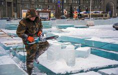 Его всё таки строят! Ледовый городок на главной площади Челябинска строят из больших ледяных плит. Привезли их много. Пилят и строят городок. Кстати, толщина льда 20 см. Сам смотри.