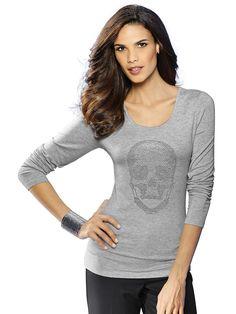 Shirt mit Totenkopf-Applikation. Figurbetonte Form, Länge in Gr. 38 ca. 64 cm. Obermaterial: 95% Viskose, 5% Elasthan, waschbar...