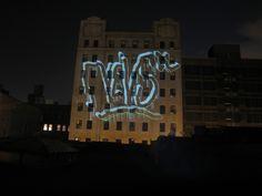 Unindo tecnologia e arte de rua, o LASER TAG foi a atração principal da tour que o Graffiti Research Lab (GRL) fez em Roterdã, na Holanda. O projeto consiste, basicamente, na combinação de uma câme…