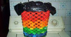 Mais uma ideia para você fazer em casa com as tampinhas de garrafa pet! Um cesto de lixo para sua cozinha! Amei!!!         E ai vamos faze...