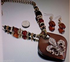 NEW! BEAUTIFUL  NECKLACE AND EARRING SET.  GOLD COLOR.  REALLY PRETTY .