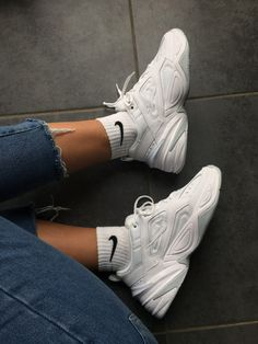 white nike sneakers always a good shoe choice sneakers white ootd nike Dr Shoes, Hype Shoes, Me Too Shoes, Sock Shoes, White Nike Shoes, White Nikes, Nike Heels, Souliers Nike, Sneakers Fashion
