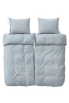4-dels sengesett med knapper i underkant av dynetrekket og knytebånd på putevaret. Settet inneholder 2 dynetrekk 150x200 cm og 2 putevar 50x60 cm. <br><br>100% vasket bomull<br>Vask 60°