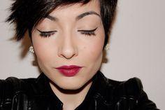 Maquillaje: Delineado marcado y labios vamp.