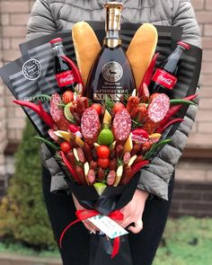 Man Bouquet, Food Bouquet, Creative Gift Baskets, Creative Gifts, Champagne Drinks, Chocolate Gifts, Charcuterie Board, Hobbies And Crafts, Strawberry