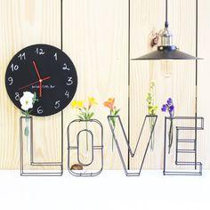 94eb7daf8c4 Escultura e vaso LOVE - Loja Ninu - com flores coloridas em decoração com  estilo industrial e relógio de parede de lousa