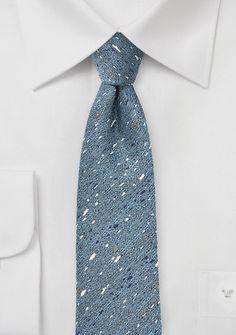 Perfekt für das regnerische Wetter: Herrenkrawatte gesprenkelt aus mattblauer Wolle & Seide