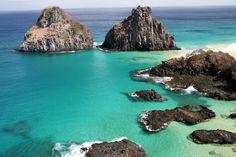 O Morro Dois Irmãos é uma das atrações do Ilha Tour, em Fernando de Noronha