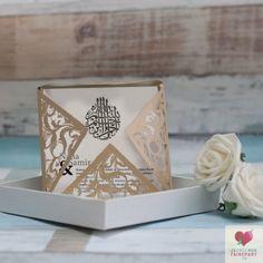 Faire-part de mariage romantique  et sa pochette - fleurs de Lonicera- découpe au laser-cut avec des formes florale et arabesque- thème romantique et chic-  plusieurs couleurs et style personnalisable disponible sur le site www.jecreemonfairepart.fr