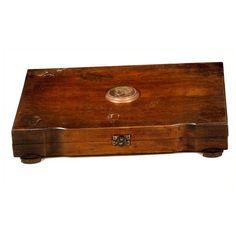 CAJA CON MEDALLÓN CLÁSICO Modernista. S. XX. En diferentes maderas. Con medallón en la tapa representando motivo clásico. Medidas: 37 x 24 cm.