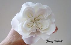 Tutorials of many varieties of gumpaste flower paste Tutorials - photo is of the Austen rose tutorial sugar flower tutorial by Gulnaz Mitchell Royal Icing Flowers, Fondant Flowers, Clay Flowers, Fondant Bow, Fondant Cakes, Fondant Flower Tutorial, Rose Tutorial, Sugar Paste Flowers, Foundant