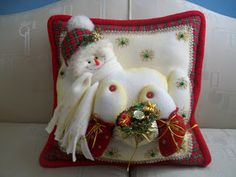 Creaciones Matilde: Hermosos cojines NIEVE. Christmas Sewing, Christmas 2016, Christmas Crafts, Christmas Ornaments, Christmas Table Decorations, Holiday Decor, Felt Crafts Patterns, Cute Snowman, Christmas Stockings