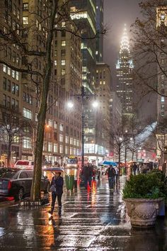 Streets of New York in the Rain – Street in Midtown – Bryant Park and the Chrysler Building – N Straßen von New York im Regen – Straße in Midtown – Bryant Park und im Chrysler Building – N Chrysler Building, Manhattan Park, Manhattan Skyline, Lower Manhattan, 42nd Street, New York Street, Streets Of New York, New York Photographie, Central Park New York