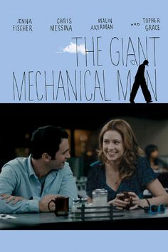 """THE GIANT MECHANICAL MAN Janice (Jenna Fischer) parece não ter muita sorte. Sem trabalho, sem ter onde morar, ela luta para encontrar o seu caminho e seguir uma vida satisfatória. Até que um dia ela conhece Tim (Chris Messina), um artista de rua que ganha a vida como o """"homem estátua"""". Janice então começa a perceber que enfim conheceu uma pessoa que poderia fazer com que ela se sentisse uma pessoal especial."""