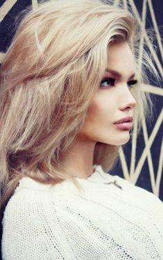 blonde femme aux yeux bleus, visage pale, belle fille