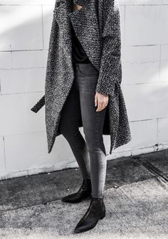 Street style grey coats, long grey coat, grey jeans outfit, gray jeans, p. Fashion Mode, Minimal Fashion, Look Fashion, Workwear Fashion, Fashion Blogs, Minimal Chic, Petite Fashion, Curvy Fashion, Fall Fashion