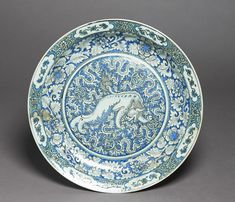 Dish with Chinese lion dog Iran, Safavid period, 17th century fritware, with underglaze painting in blue and black, D. 47 cm Ashmoleum Museum, EA1978.1784